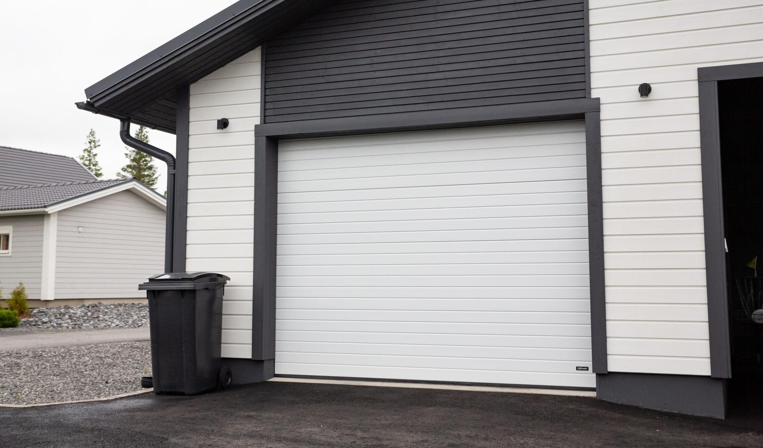 Doorway -nosto-ovi DW1 kapea vaakaura valkoinen lamelli RAL 9010. Autotallin nosto-ovi.