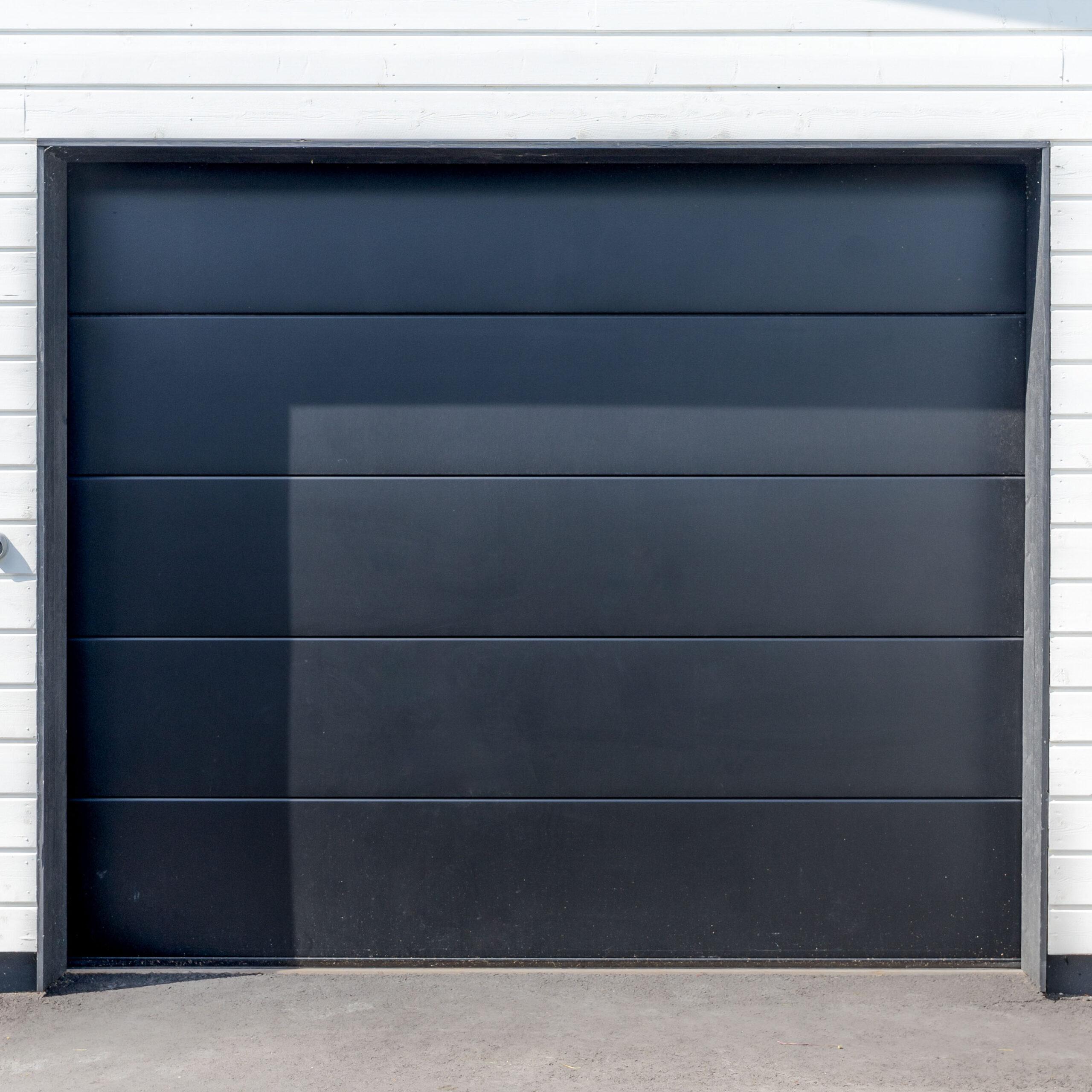Doorway -nosto-ovi DW3 -sileä musta lamelli RAL 9005. Autotallin nosto-ovi.