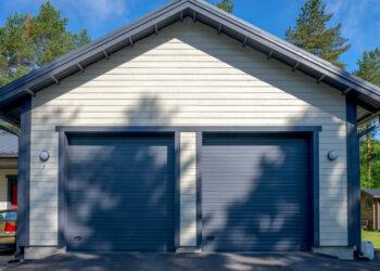Doorway nosto-ovi DW1 tumman harmaa lamelli RAL 7016. Autotallin nosto-ovi nostokahvalla.