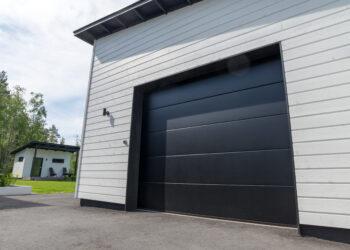 Doorway nosto-ovi DW3 -sileä musta lamelli RAL 9005. Moderni autotallin nosto-ovi.