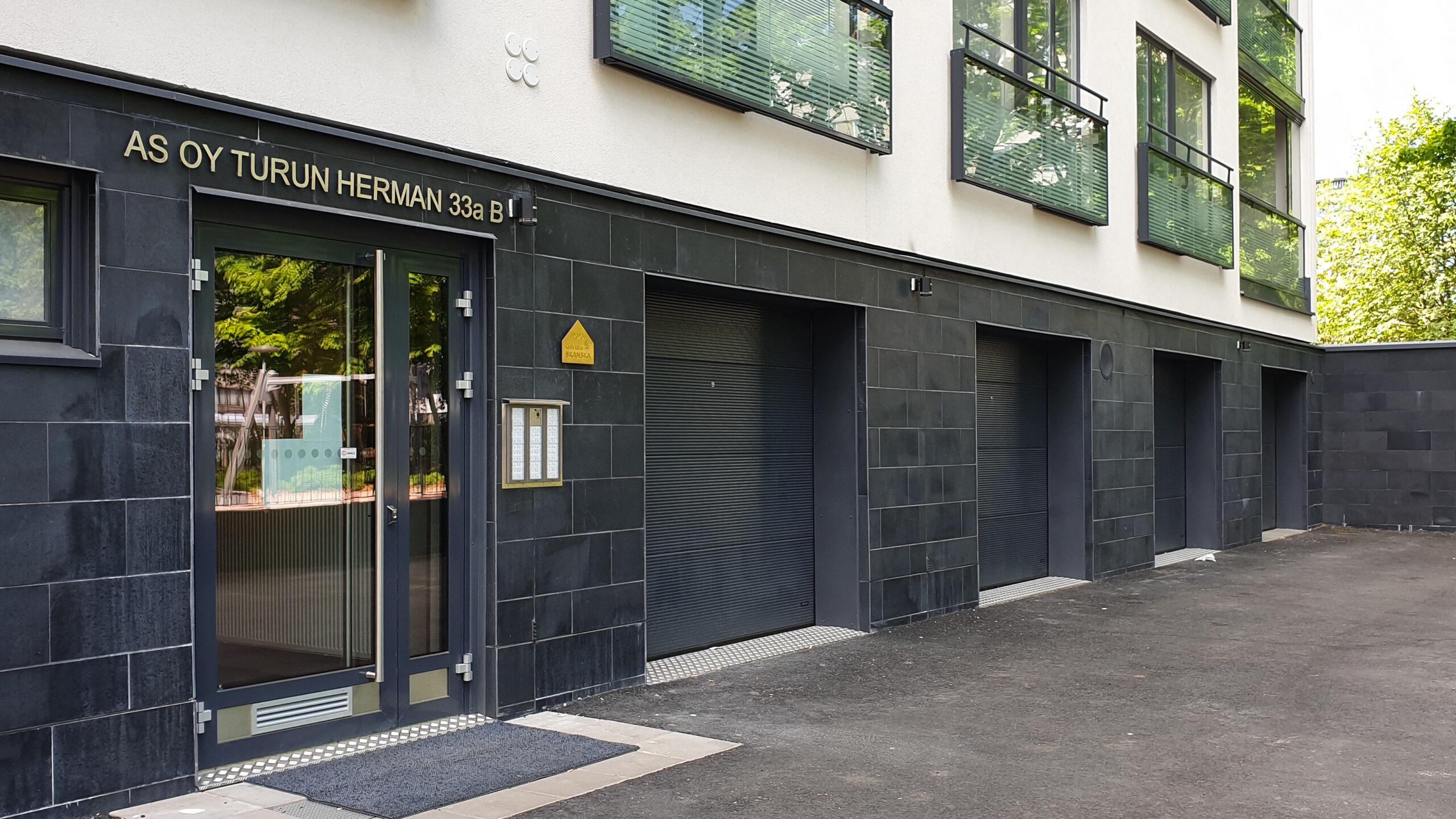 Doorway nosto-ovi DW2 aaltokuvio tumman harmaa lamelli RAL 7016. Autotallin nosto-ovi asunto-osakeyhtiössä. Nosto-ovi kerrostalo.