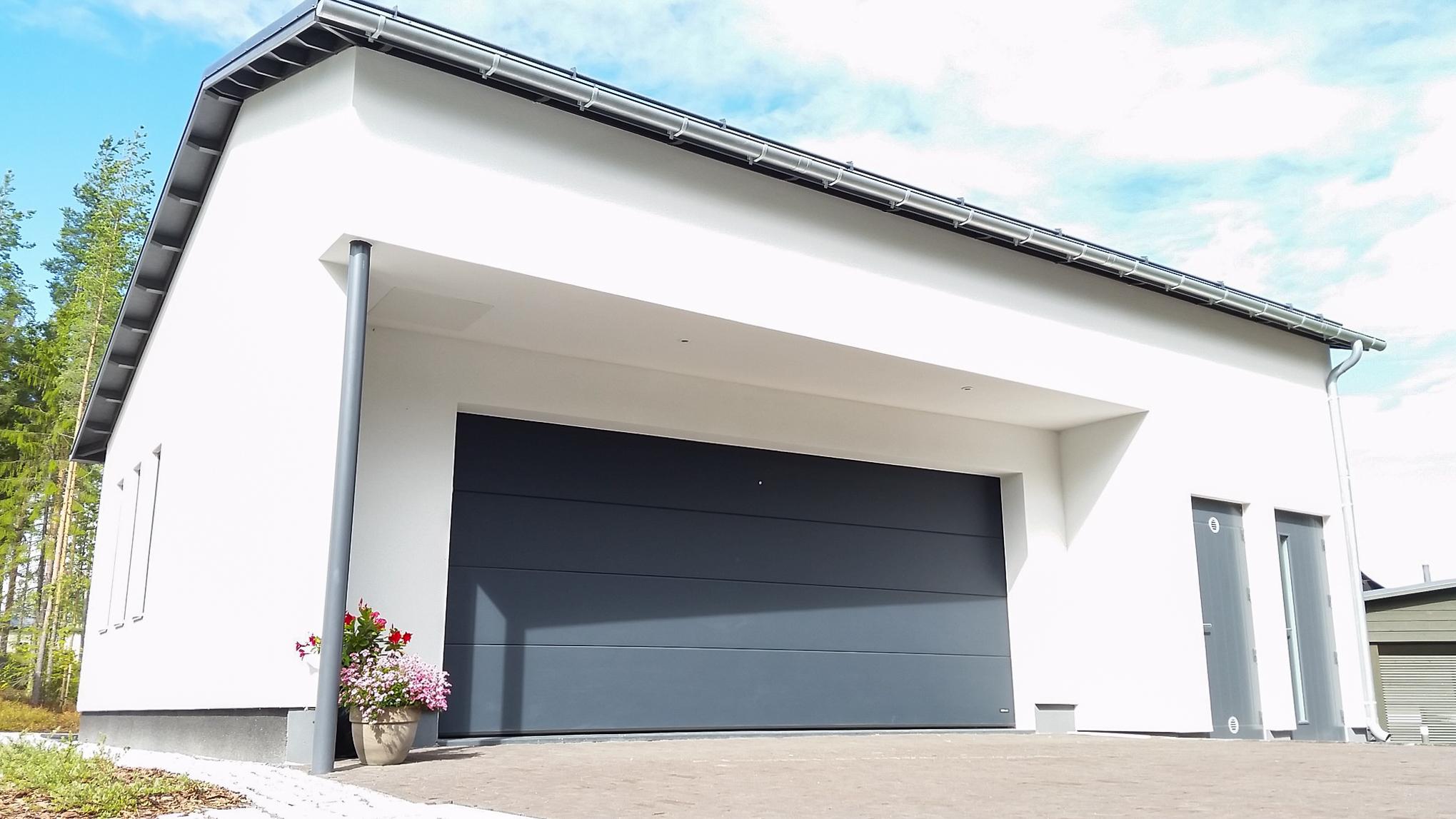 Doorway nosto-ovi DW3 -sileä tumman harmaa lamelli RAL 7016. Moderni autotallin nosto-ovi.
