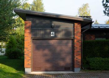 Doorway -nosto-ovi DW1 kapea vaakaura ruskea lamelli RAL 8014. Autotallin nosto-ovi.