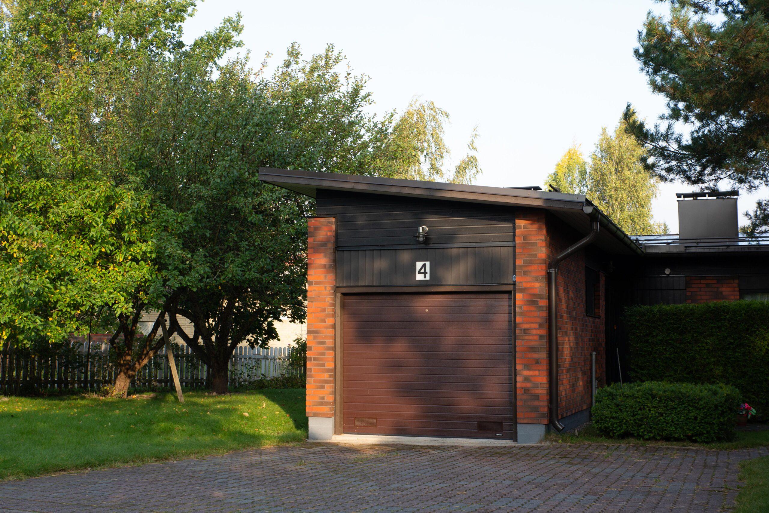 Doorway nosto-ovi DW1 kapea vaakaura ruskea lamelli RAL 8014. Autotallin nosto-ovi.