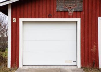 Doorway -nosto-ovi DW2 aaltokuvio valkoinen lamelli RAL 9010. Autotallin nosto-ovi.
