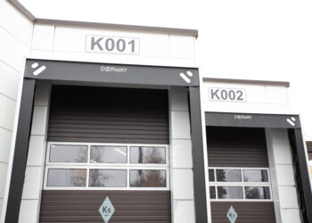 Doorway -nosto-ovi teollisuuteen kapea vaakaura. Teollisuuden nosto-ovi.