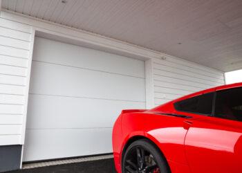 Doorway nosto-ovi DW3 -sileä valkoinen lamelli RAL 9010. Autotallin nosto-ovi.