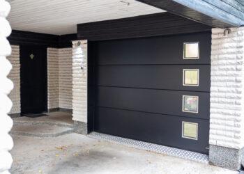 Doorway nosto-ovi DW3 -sileä tumman harmaa lamelli RAL 7016. Moderni autotallin nosto-ovi rosteri-ikkunoilla.