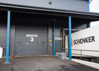 Doorway teollisuusnosto-ovi lastauslaiturin vieressä
