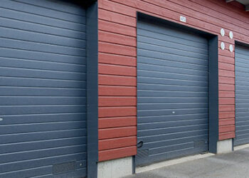 Doorway -nosto-ovi DW1 kapea vaakaura lamelli. Autotallin nosto-ovi.