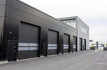 Doorway -nosto-ovi teollisuuteen. Teollisuuden nosto-ovi ikkunoilla.