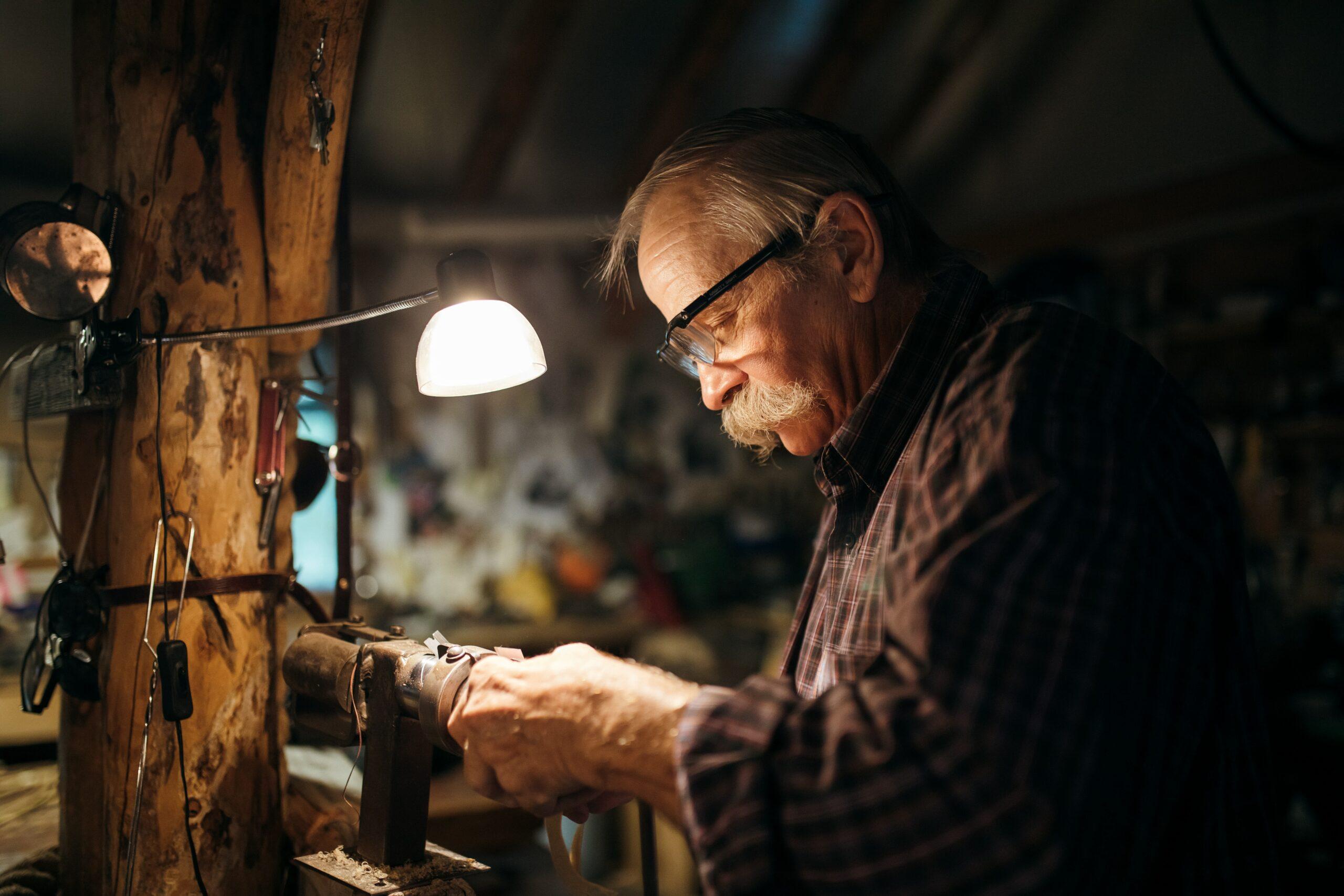 Mies tekee metallitöitä autotallisaan